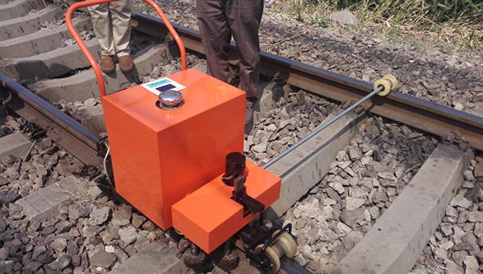智能型轨枕立螺栓除垢、涂油器